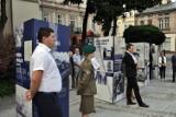 """""""Tu rodziła się OPOZYCJA"""". Nowa wystawa plenerowa na Placu Niepodległości w Przemyślu [ZDJĘCIA]"""