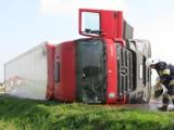 Samochód ciężarowy z naczepą przewrócił się w Pomarzanach pod Kutnem