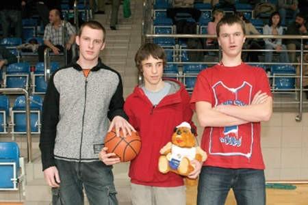 Marcin Szyda, Łukasz Grzelkiewicz i Piotr Myśliwiec najpierw trafnie odpowiedzieli na pytanie konkursowe, a potem najcelniej trafiali piłką do kosza.