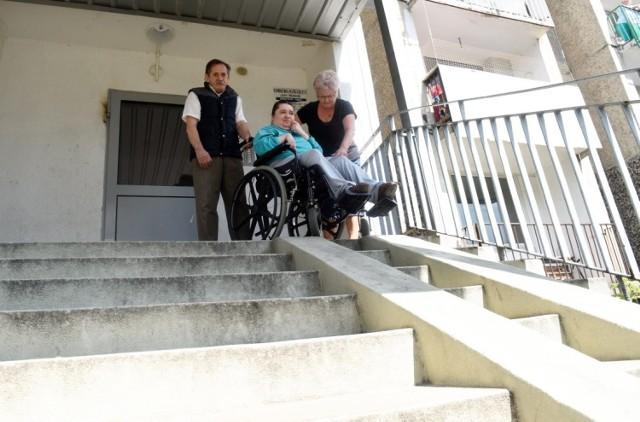 Krystyna i Henryk Andrzejewscy z córką Kamilą. Wydostanie się z domu to prawdziwa droga przez mękę