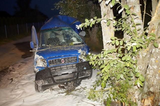 Wczoraj (26.07.2021 r.) około godz. 21 doszło do wypadku na ulicy Owocowej w Słupsku. Fiat doublo uderzył  w drzewo. Poważne obrażenia odnieśli kierowca oraz pasażer.