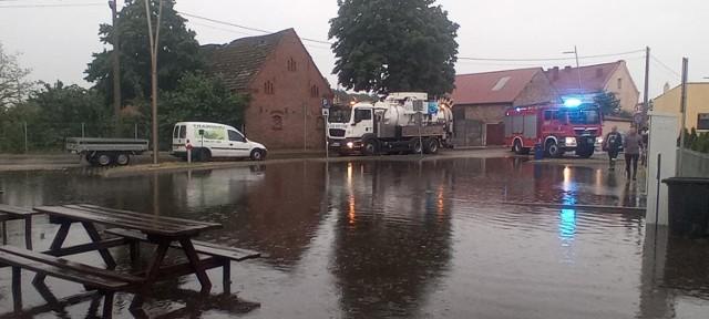 Po ulewnym deszczu woda zalała parking przy plaży w Lubczynie