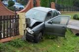 Kompletnie pijana 36-latka wjechała w ogrodzenie w Pawłosiowie koło Jarosławia. Ranny pasażer trafił do szpitala