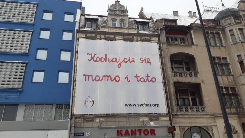 """Wielki baner z napisem """"Kochajcie się mamo i tato"""" wisi..."""