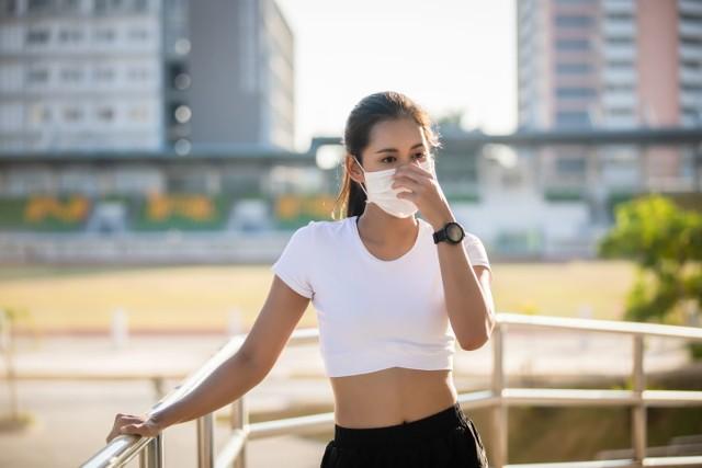 W Chinach wprowadzono zakaz noszenia maseczek. Dotyczy on uczniów w trakcie lekcji wychowania fizycznego. Wcześniej na wuefie zmarło trzech gimnazjalistów.