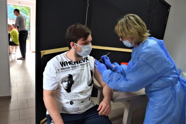 """Podczas  pierwszego festynu """"szczepimy się z KGW"""", który odbył się w Chrośnicy 15 sierpnia, w ciągu pięciogodzinnej imprezyzaszczepiło się 67 osób"""