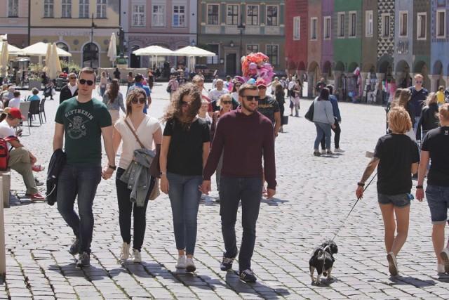 W niedzielne popołudnie w centrum Poznania pojawiło się mnóstwo spacerowiczów. Poznaniacy korzystają z pięknej pogody i tego, że w końcu można odetchnąć pełną piersią - bez maseczek. Przed lodziarniami ustawiają się ogromne kolejki, a Stary Rynek i plac Wolności tętnią życiem. Zobacz zdjęcia naszego fotoreportera z niedzieli w Poznaniu.   Kolejne zdjęcie -->
