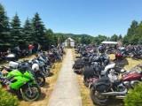 Przy krzyżu milenijnym w Ujeździe trwa piknik motocyklowy [ZDJĘCIA]