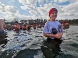 Kąpiel morsów na ostrowskich Piaskach w Dzień Kobiet