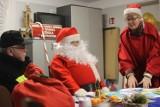 Św. Mikołaj odwiedził dzieci w Konarzewie. Zamiast saniami jeździł wozem strażackim [ZDJĘCIA]