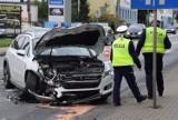 Kraksa na ulicy Traugutta w Wieluniu. Bus zderzył się z osobówką FOTO