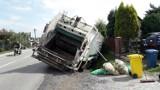 Bochnia: śmieciarka w rowie na ulicy Krzeczowskiej [ZDJĘCIA]