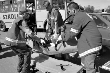 W czasie pozorowanego wypadku szkolnego gimbusu ratownicy PCK i pozostałe służby demonstrowały profesjonalizm wręcz pokazowy.