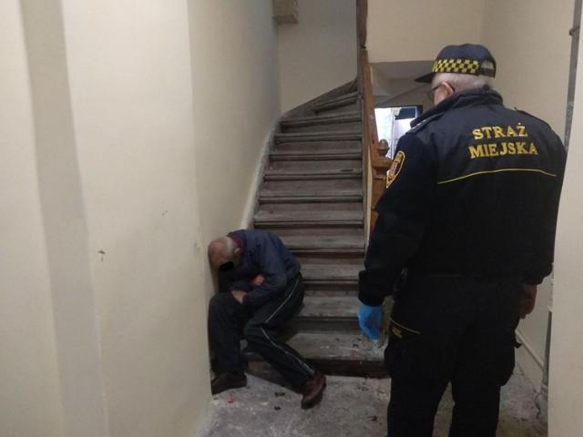 Nie wszyscy bezdomni chcą skorzystać z pomocy. Wielu noce spędza na dworcach, w klatkach schodowych, na działkach. Strażnicy miejscy z Inowrocławia monitorują miejsca, w których przebywają bezdomni