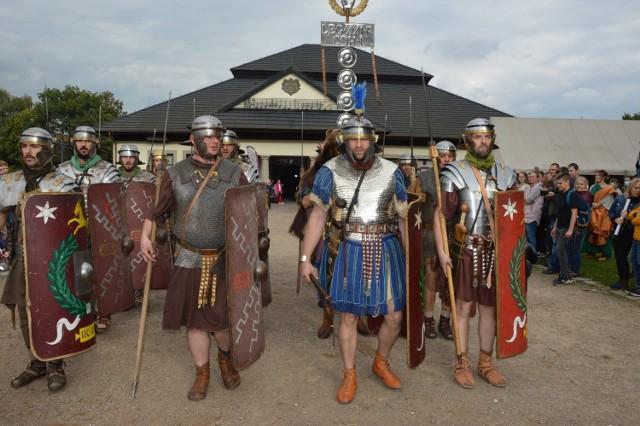 Niepołomice są scenerią jubileuszowych, już 15 Pól Chwały. Widowiskowa historyczna impreza potrwa do niedzieli wieczorem (26 września)