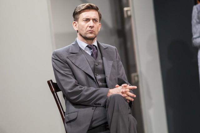 """Początki psychoanalizy w spektaklu """"Niebezpieczna metoda"""" na scenie Teatru Dramatycznego [ZDJĘCIA]"""
