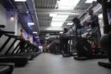 Rząd wydłużył restrykcje przynajmniej do 31 stycznia. Branża fitness zapowiada pozew zbiorowy. Firmy turystyczne już go złożyły