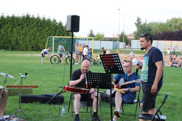 Samozwańcza Spontaniczna Grupa Wokalno-Akustyczna zagrała standardowe covery przy aplauzie mieszkańców Radziejowa.