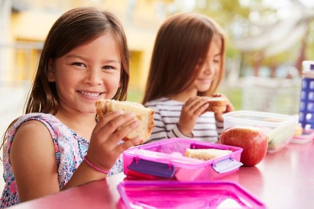 Dzieci uwielbiają przekąski, niestety często sięgają po ich niezdrowe odpowiedniki. Warto przygotować im pożywne, zdrowe drugie śniadanie, aby zapewnić im energię na cały dzień w szkole!