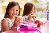 Zdrowe przekąski dla dzieci do szkoły, które pokochają nawet niejadki! 6 pomysłów na smakowite drugie śniadanie