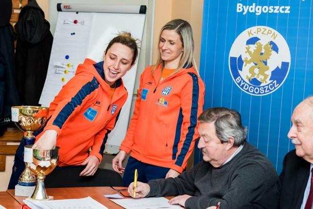 Jessie Vilkofsky (pierwsza od lewej) i Agata Stępień  losowały pary pod czujnym okiem Krzysztofa Rucińskiego, przewodniczącego WGiE K-P ZPN i Eugeniusza Nowaka, prezesa K-P ZPN