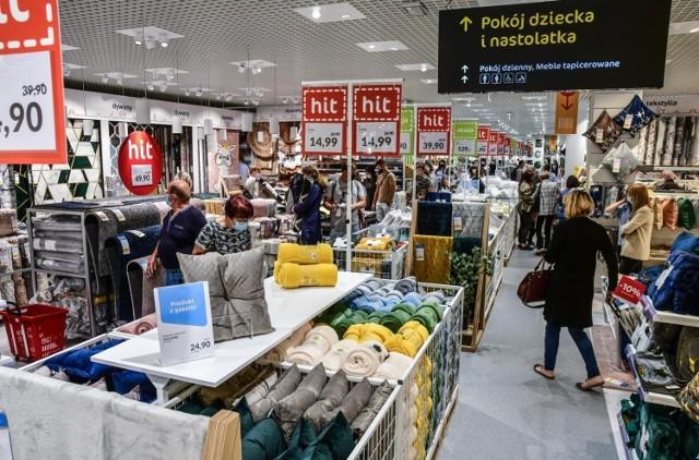 Planujecie remont? A może chcecie coś zmienić w swoim mieszkaniu? Sklepy meblowe kuszą niskimi cenami i wyjątkowymi promocjami. Ceny niektórych produktów zostały obniżone nawet o kilkaset złotych! Zobaczcie, jakie rabaty i upusty przygotowały dla swoich klientów takie sklepy jak IKEA, Black Red White i Agata Meble. Czekają na Was promocje na kanapy, materace, biurka, szafy i wiele innych.   Oferta ważna do 25 września. SZCZEGÓŁY NA KOLEJNCYH STRONACH LUB >>> TUTAJ
