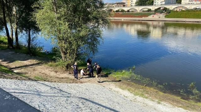 Akcja służb w centrum Gorzowa. Młody mężczyzna skoczył z bulwaru do Warty.