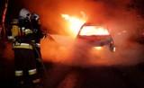 Samochód spłonął na górskiej drodze nad Dunajcem. Strażacy zapobiegli przerzuceniu się ognia na las