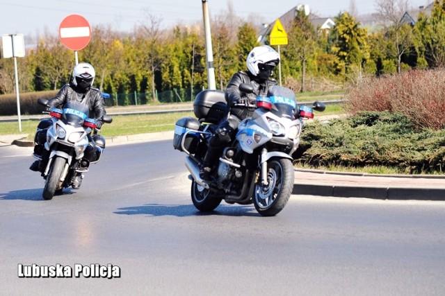 Policjanci z Krosna Odrzańskiego i Gubina przypominają motocyklistom o zachowaniu ostrożności na drodze w trakcie sezonu.