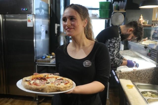 Od piątku (31 stycznia) trwać będzie w Łodzi popularny festiwal pizzy Jemy w Łodzi Pizza Fest. Przez 10 dni ponad 30 łódzkich restauracji i pizzerii serwować będzie specjalnie przygotowane pizze i placki. Oprócz tradycyjnych włoskich wypieków będzie można spróbować m.in. szwajcarskich podpłomyków czy pizzy libańskiej.  Zobacz na kolejnych slajdach galerii jakie pizze przygotowały łódzkie restauracje i ile one kosztują.