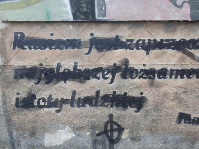 """Zamalowany mural z cytatem Jana Pawła II """"Rasizm jest zaprzeczeniem najgłębszej tożsamości istoty ludzkiej""""."""