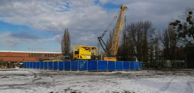 21 lutego ma rozpocząć się budowa pierwszego z trzech planowanych podziemnych przystanków kolejowych, jakie powstaną w ramach drążenia tunelu pod miastem. Jako pierwsza ruszy budowa stacji Łódź-Polesie, zlokalizowanej w rejonie ulic Ogrodowej i Karskiego, niedaleko Manufaktury.