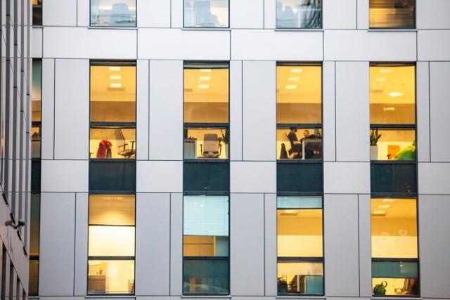 Benefity w warszawskich korporacjach. Czym kuszą firmy, żeby przyciągać pracowników?