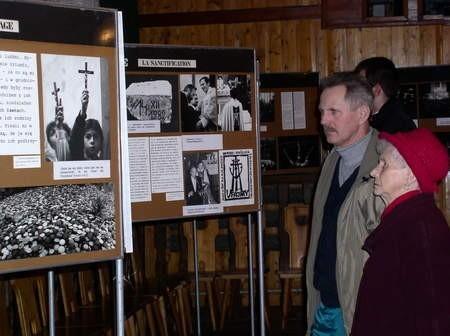 Wystawę o ks. Jerzym Popiełuszce można oglądać do 17 marca w Czersku. Na zdjęciu Halina Lipska z synem Markiem.
