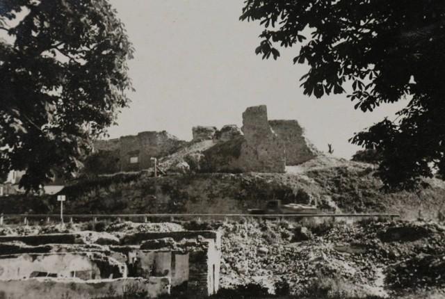 Zdjęcie wykonane około 3 miesiące po wysadzeniu zamku w Nowym Sączu