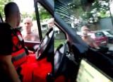 Atak na karetkę pogotowia na Śląsku. Agresywny mężczyzna zaatakował ratowników medycznych w Rudzie Śląskiej! W karetce był pacjent