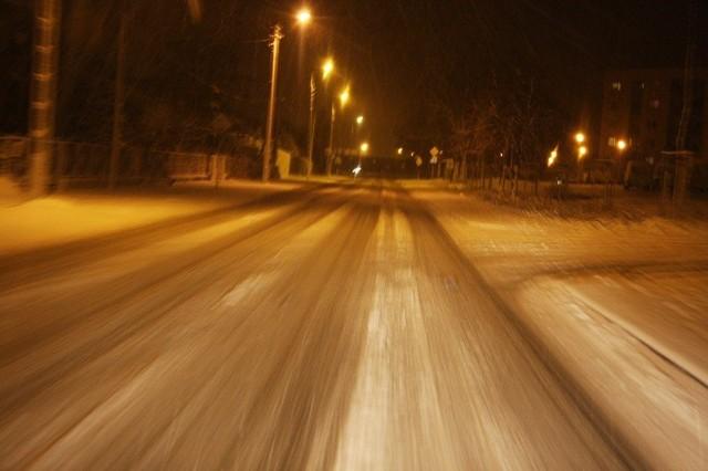 Na drogach w rejonie Sycowa z powodu śniegu panują trudne warunki