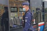 Policjanci sprawdzają, czy mieszkańcy Bydgoszczy noszą maseczki