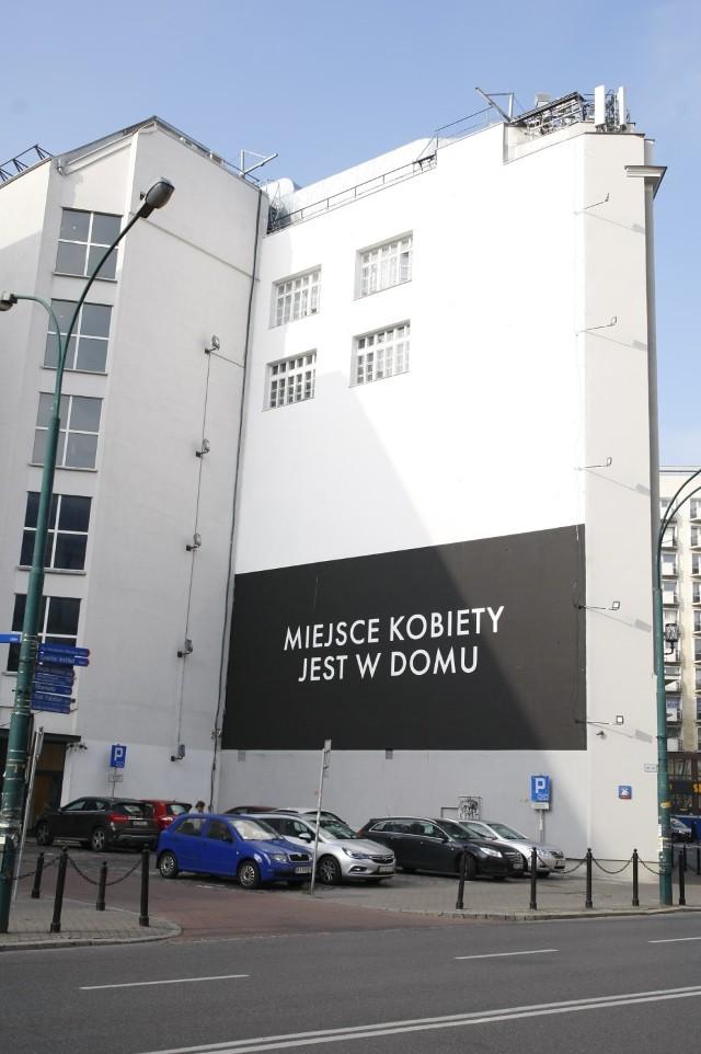 Miejsce kobiety jest w domu. Kontrowersyjny mural to reklama. Wyjaśniamy, o co w nim chodzi