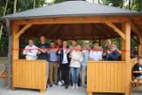 Wiata turystyczna w Osieku pod Pakosławiem oficjalnie otwarta. Znużeni drogą rowerzyści mają gdzie odpocząć przed dalszą wycieczką [ZDJĘCIA]