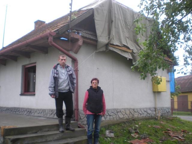 Pani Maria Majewska z synem - kilka godzin po tym, jak wiatr zerwał im część dachu z domu...