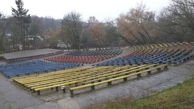 """Amfiteatr kiedyś tętnil życiem. Od kilku lat nie organizuje się tu żadnych imprez """"pod chmurką"""""""
