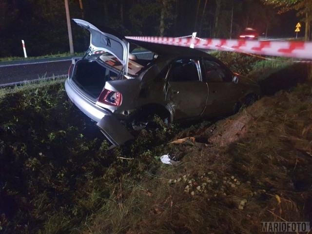 Wypadek w Jasieniu. Audi A4 wypadło z drogi krajowej nr 45 i dachowało do rowu