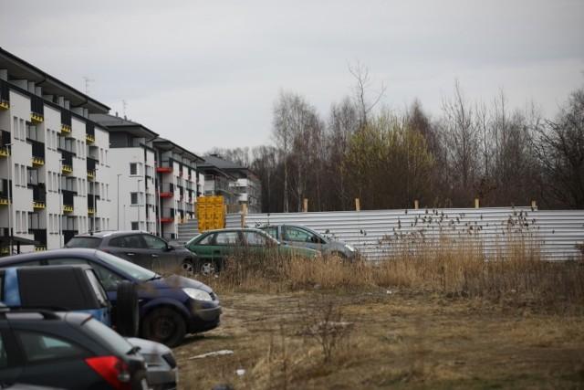 Ogrodzony teren budowy na Klinach, gdzie radni planują utworzyć użytek ekologiczny