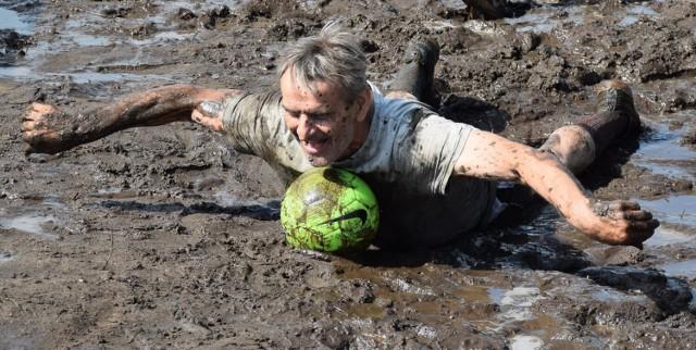 Kręcko, 10 lipca 2021. Turniej piłki nożnej błotnej w ramach festynu charytatywnego dla Mai Tomczak