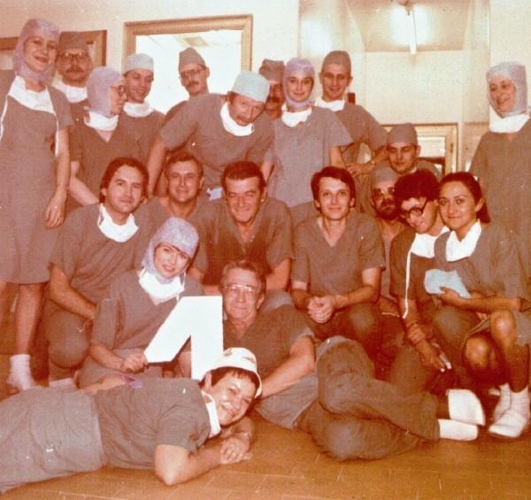 Wspaniały team Zbigniewa Religi (uśmiecha się cudownie w środku), tuż po pierwszym przeszczepie.