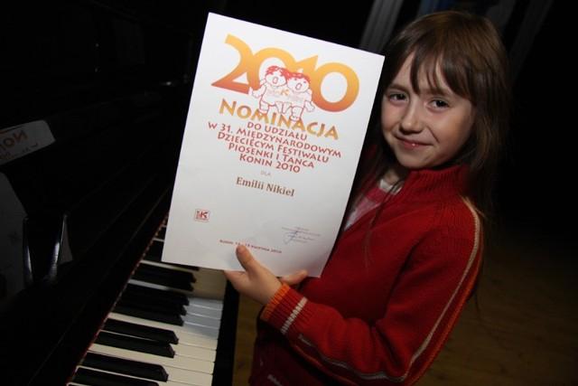 Emilka Nikiel ma dopiero siedem lat, a już zajmuje czołowe miejsca w ważnych konkursach piosenki, takich jak np. festiwal w Koninie