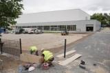 Budowa sali sportowej w Poznaniu stała w miejscu. Teraz dobiega końca!