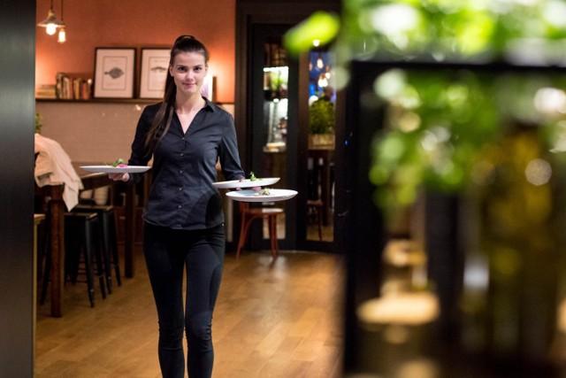 1.Gastronomia, czyli od czegoś trzeba zacząć  18,30 zł brutto - tyle wynosi obecnie minimalna stawka godzinowa, którą pracodawca zobowiązany jest wypłacić także uczącemu się pracownikowi na zleceniu. Oczywiście, kelnerzy i barmani mogą liczyć na napiwki. Pomocnicy w kuchni - raczej nie, chyba ze napiwki w danym lokalu solidarnie dzielone są między cały personel.  W Toruniu gastronomia potrzebuje teraz wielu pracowników: tak na etat, jak i sezonowo. Mc Donald's oferuje pracę już młodocianym, czyli 16-17-latkom. Ogłaszają się też jednak naprawdę liczne restauracje, bary, cukiernie i piekarnie. Pracowników potrzebują też bary w Kamionkach. W gastronomii kandydat musi mieć ważną książeczkę sanepidowską.  Uwaga! Bardzo potrzebni na lato są też dostawcy jedzenia na dowóz. Szuka ich np. Pyszne.pl (płaci więcej niż minimalną stawkę), ale i pojedyncze lokale. Czasem wystarczy mieć rower, czasem wymagane jest własne auto.  Czytaj dalej. Przesuwaj zdjęcia w prawo - naciśnij strzałkę lub przycisk NASTĘPNE