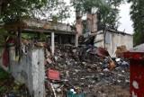 Dom jak z horroru w Kielcach! Z posesji przy Alei Na Stadion dosłownie wylewają się śmieci. Teraz koszmar ma się skończyć! [ZDJĘCIA]